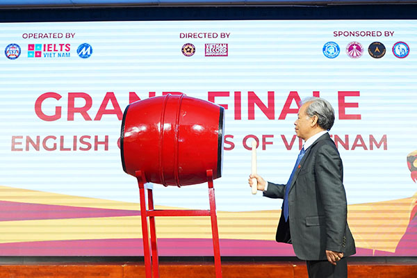 TS. Thang Văn Phúc - Nguyên Thứ trưởng Bộ Nội vụ, Chủ tịch Trung Ương Hội Kỷ lục gia Việt Nam, đánh hồi trống khai mạc cuộc thi